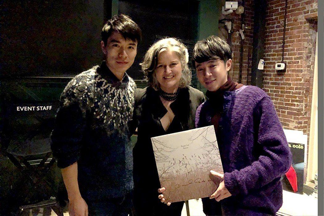 青峰(右起)去美國看Paula Cole的演唱會,團員家凱陪同。圖/吳青峰提供