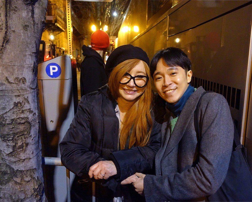 蘇打綠主唱青峰(右)去年進行追星之旅,在後門堵歌手Tori Amos。圖/吳青峰...