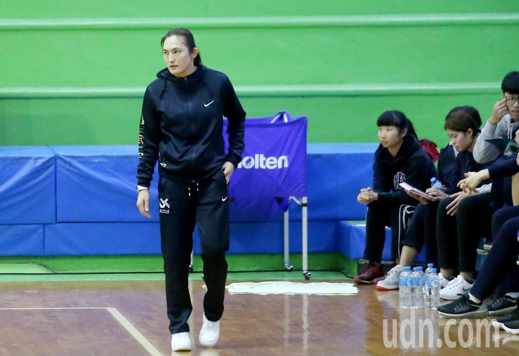 UBA大專籃球聯賽在台灣科大進行女子組賽事,北市大教練錢薇娟。記者余承翰/攝影