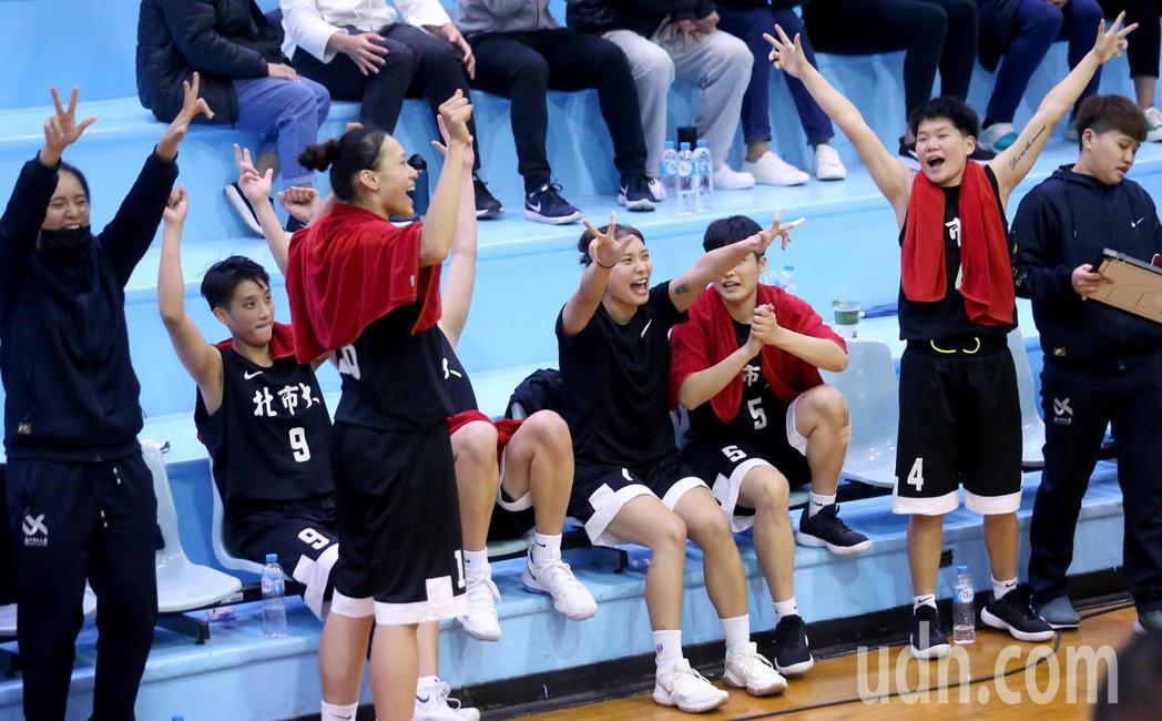 UBA大專籃球聯賽在台灣科大進行女子組賽事,北市大擊敗世新大學,板凳席球員在進球...