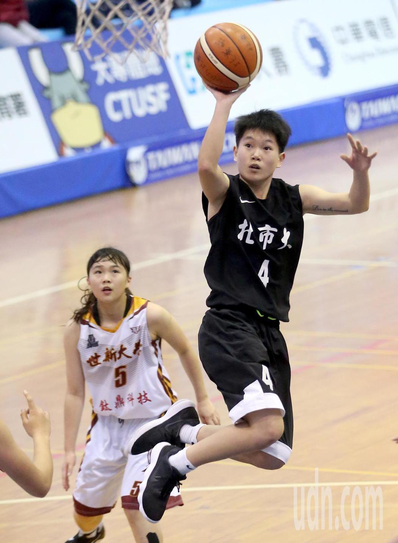 UBA大專籃球聯賽在台灣科大進行女子組賽事,北市大邱怡禎(前)飛身上籃放進兩分。...