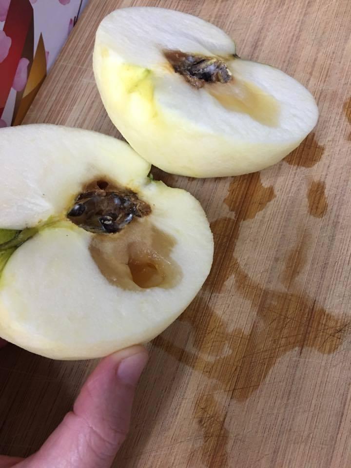 網友在好市多買到爛掉的蘋果。圖/轉載自臉書社團 Costco好市多 商品經驗老實...