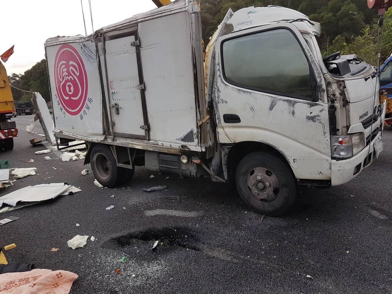 小貨車疑似衝撞前方施工的緩撞車、掃街車,造成一人死亡車禍。圖/記者胡蓬生翻攝