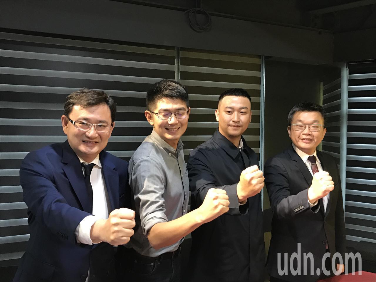 台中市西區昇平里長蕭行凱(右二)宣布退選,同選區的黃守達(左二)表示感謝,新系立...