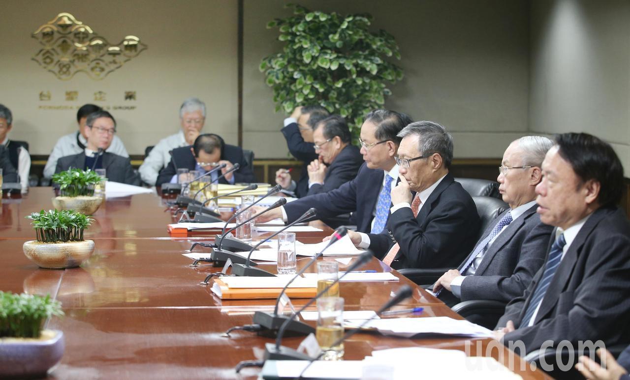 台塑四寶2月業績說明會下午舉行,台塑化總經理曹明(右起)、台化副董事長洪福源、南...