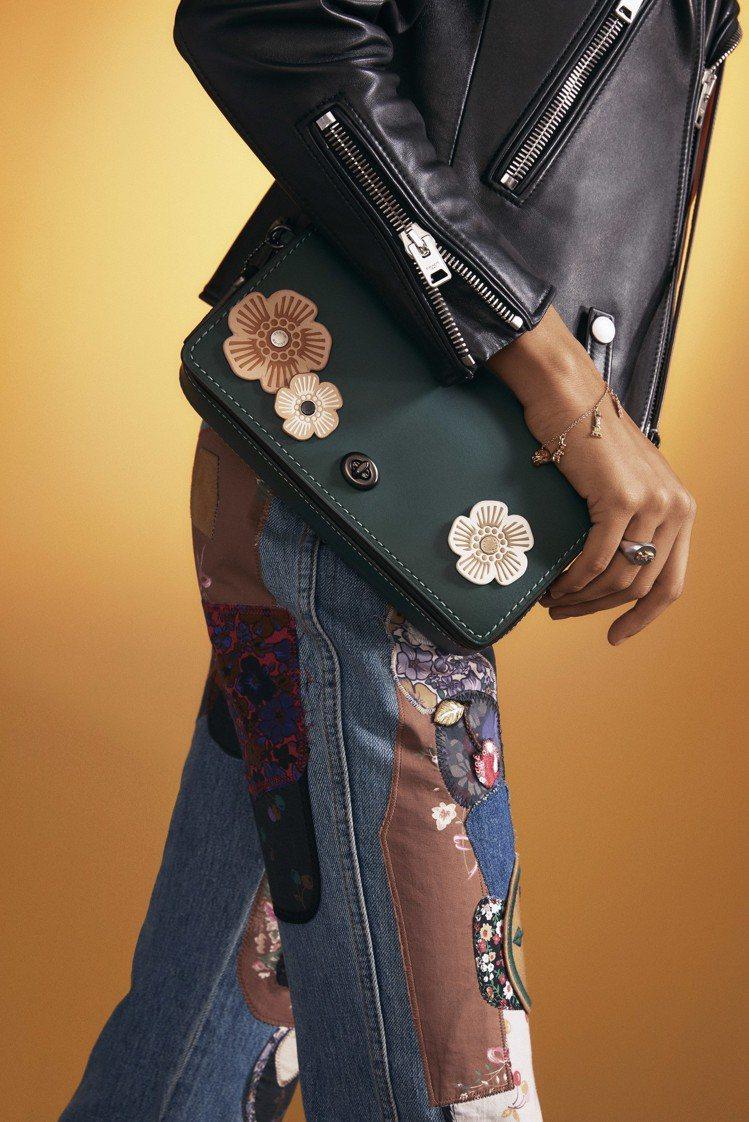 COACH手袋訂製服務,視包款大小可釘釦1至7個皮革茶香玫瑰。圖/COACH提供