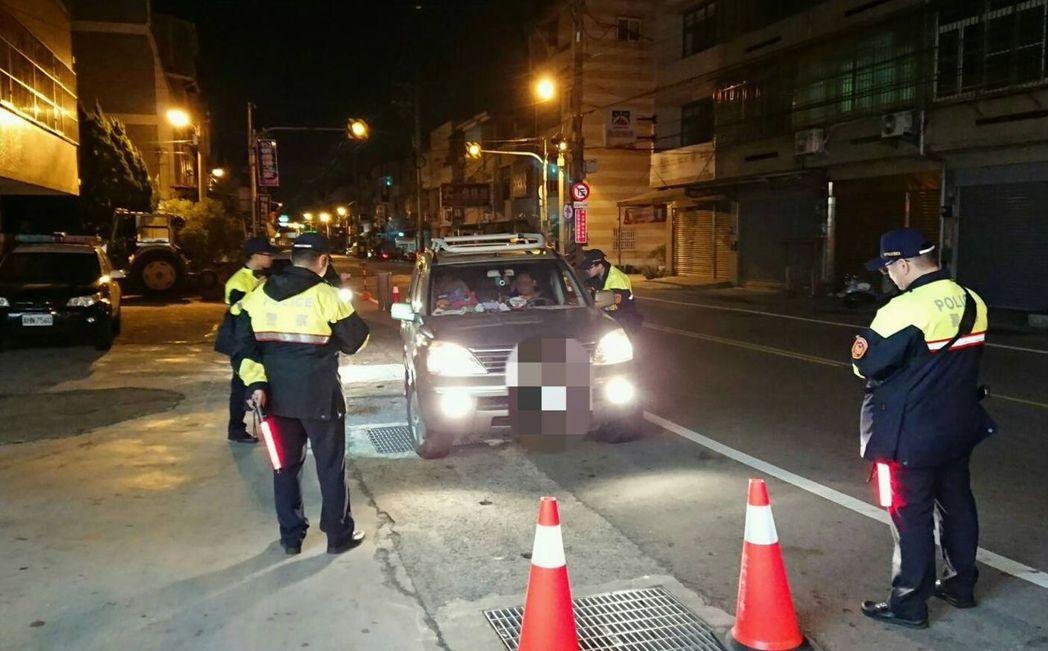 警方在台中市大肚山區主幹道設置攔截點擴大臨檢。圖/台中市警局烏日警分局提供