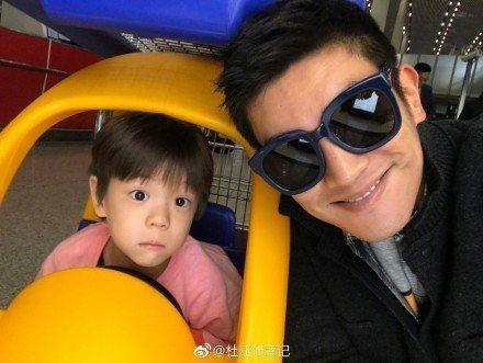 杜江與兒子嗯哼因參加大陸實境親子節目,人氣超夯。圖/摘自微博