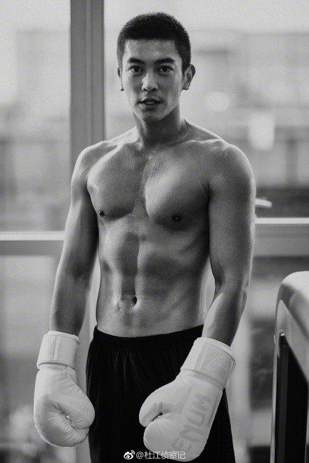 杜江為了新片「紅海行動」,練出魔鬼筋肉人的好身材。圖/摘自微博