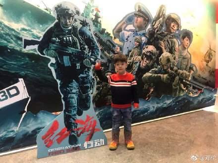杜江日前帶嗯哼捧場主演的新電影「紅海行動」。圖/摘自微博