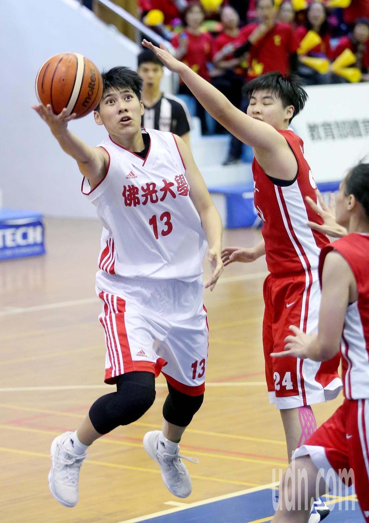 UBA大專籃球聯賽在台灣科大進行女子組賽事,佛光大學王竫婷(左)攻下全場最高的2...