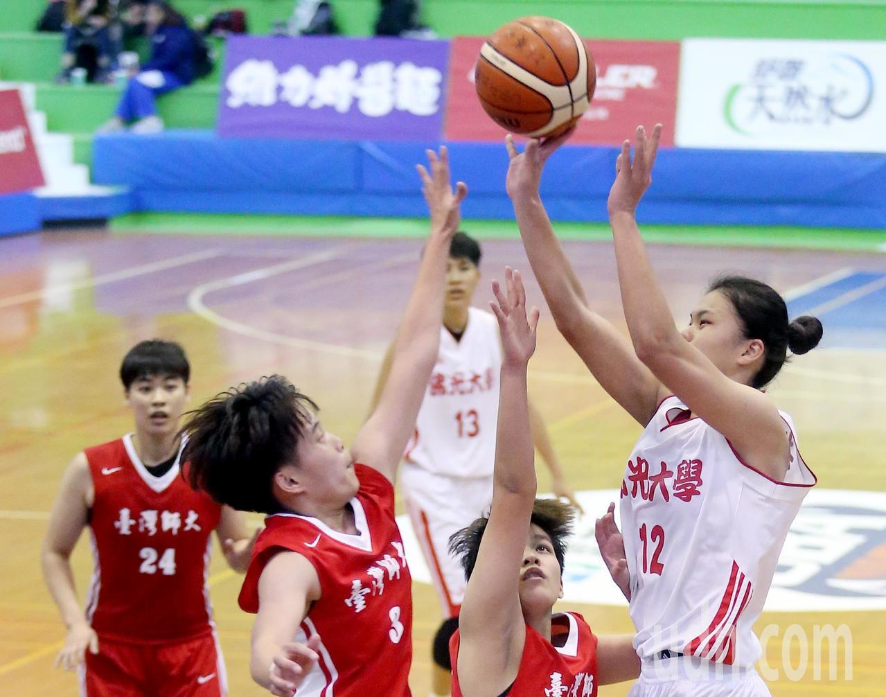 UBA大專籃球聯賽在台灣科大進行女子組賽事,佛光大學楊芷瑜(右)突破包夾上籃得分...