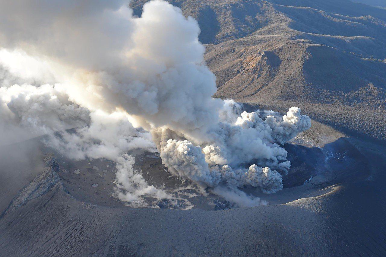 日本新燃岳火山爆發,噴煙高達2300公尺。路透