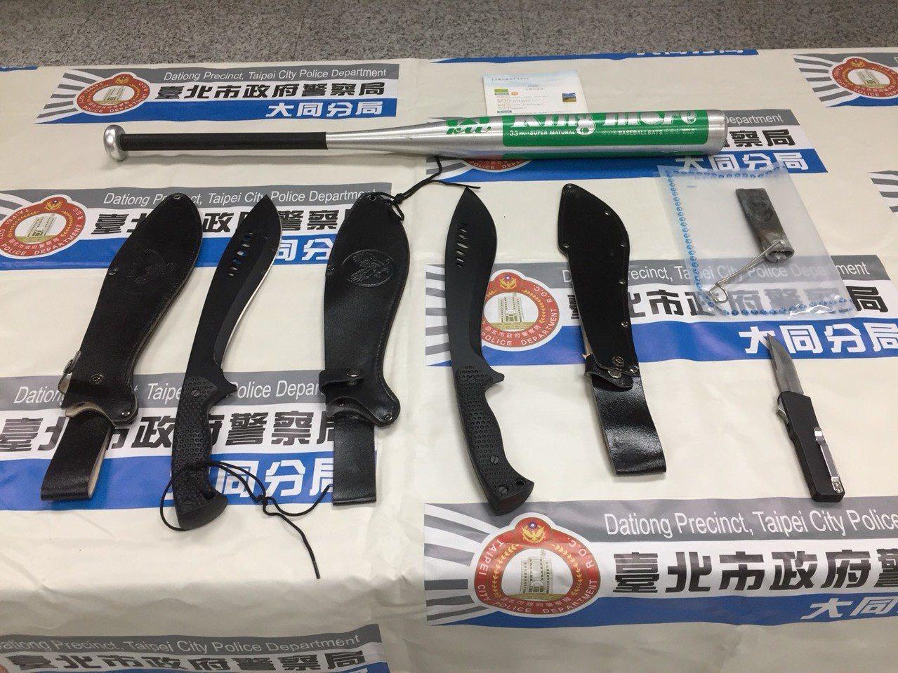 警方起獲作案用的開山刀等工具。記者黃日暉/翻攝