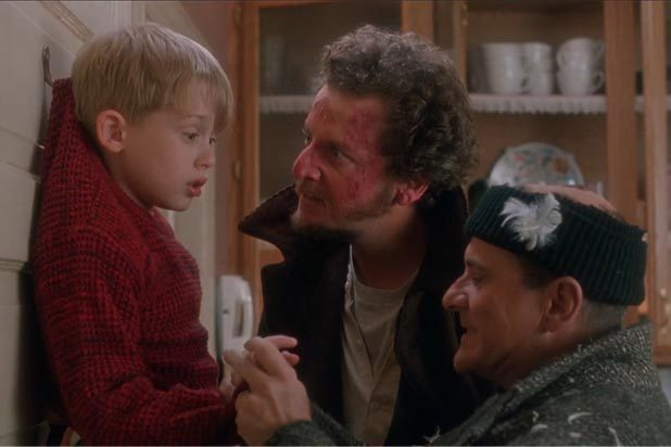 「小鬼當家」兩賊闖空門,想對小男孩不利。圖/摘自imdb