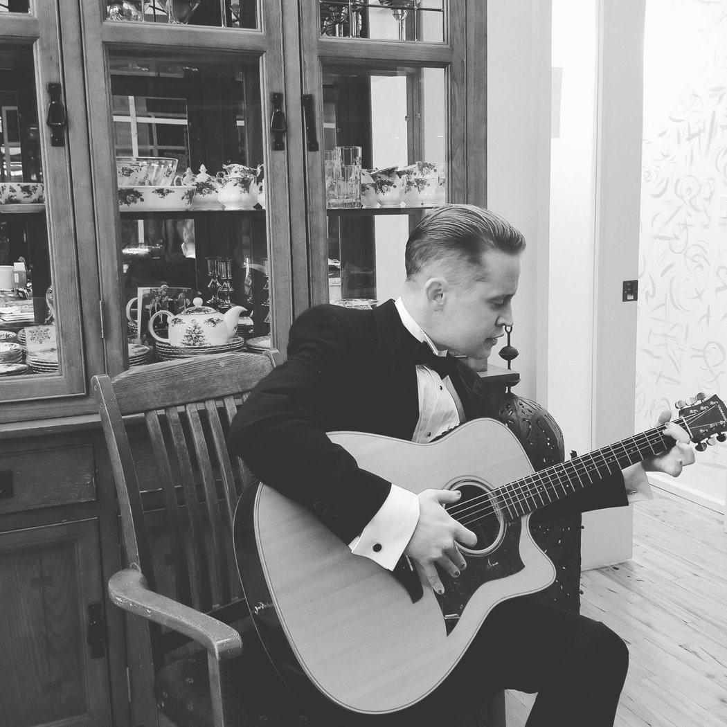 麥考利克金不看奧斯卡頒獎轉播,寧可彈吉他。/摘自twitter