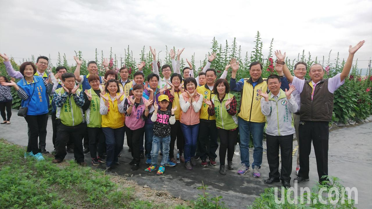 員林市公所、員林青商會和民意代表齊聚花田間,一起為蜀葵花季宣傳。記者何烱榮/攝影