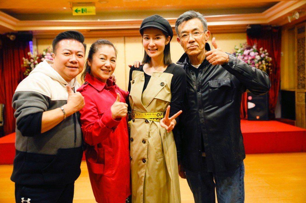 董至成(左起)、潘麗麗、gigi、王道出席公司春酒。圖/會星堂提供