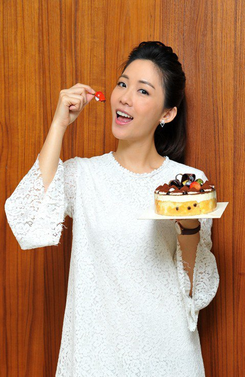 安唯綾5日在台視「情·份」劇組度過33歲生日,劇組特別送上精美小蛋糕為她慶生,她分享平時生日幾乎都與家人一起慶祝,雖然這次在工作中度過,依然覺得很溫馨。今年她也送給自己一份大禮,在新北市買了一間房子...