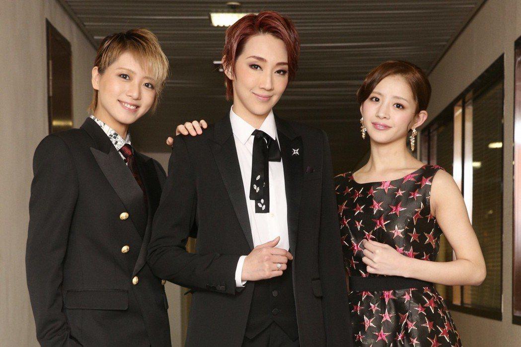 寶塚歌劇團演員紅悠智露(中)、綺咲愛里(右)、禮真琴(左)。記者林伯東/攝影