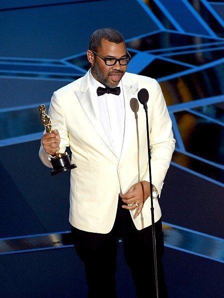 最佳原創劇本得主喬登皮爾穿著Calvin Klein西裝搭配萬寶龍玫瑰金腕表與袖...