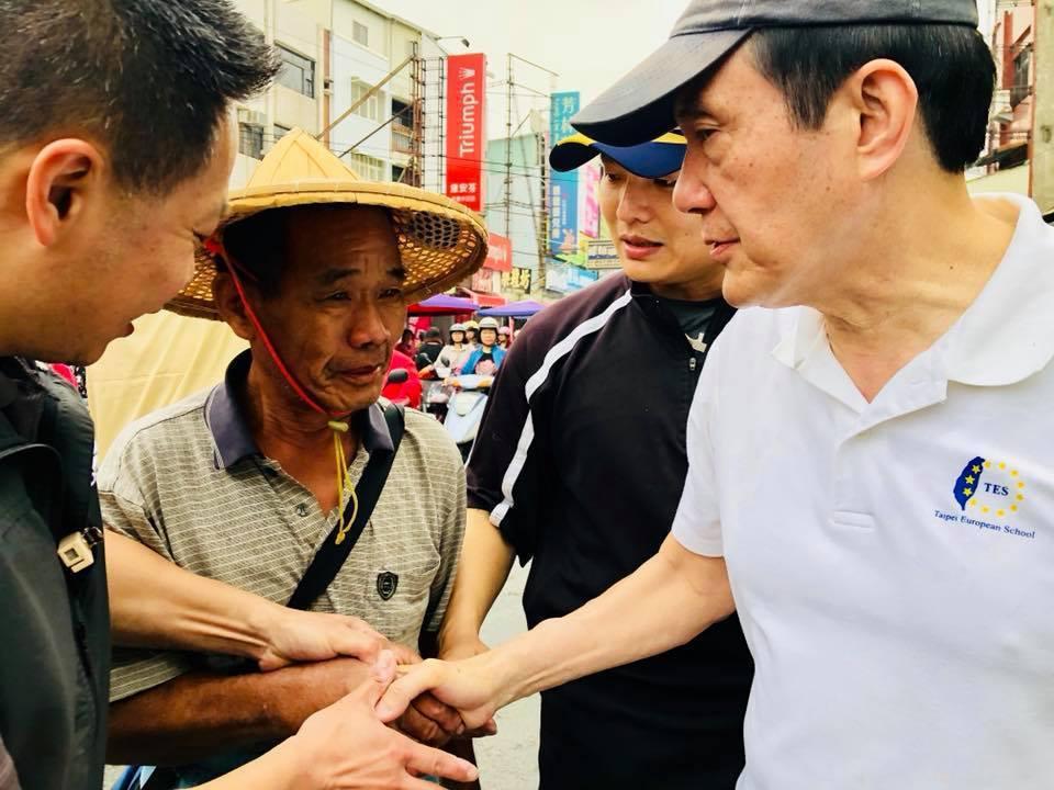 龍應台在臉書上貼出前總統馬英九低調走訪屏東的身影,不少民眾向前爭相握手。圖/截取...