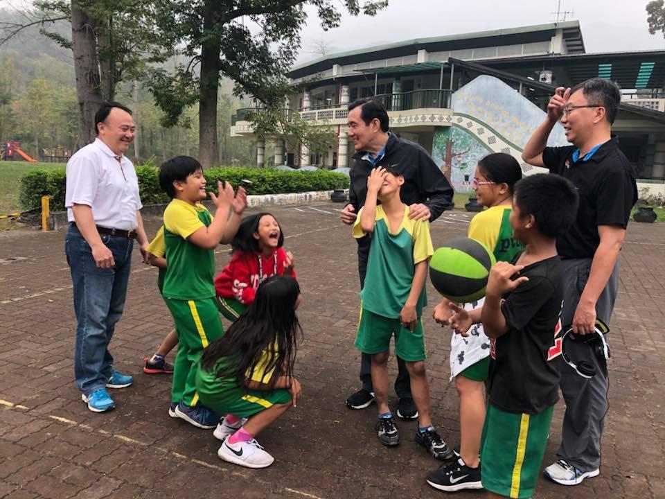 前總統馬英九低調走訪屏東,在部落與小朋友親切互動。圖/龍應台提供