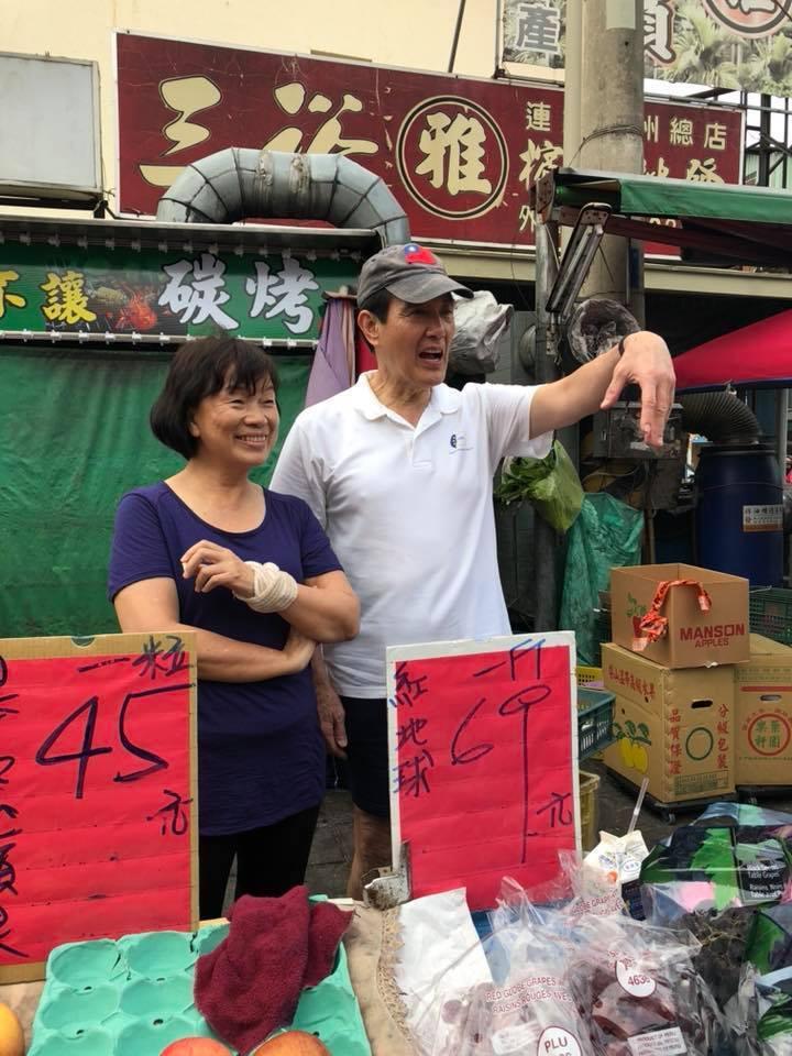 前總統馬英九低調走訪屏東,拜訪水果攤時,還當場幫忙叫賣。圖/龍應台提供