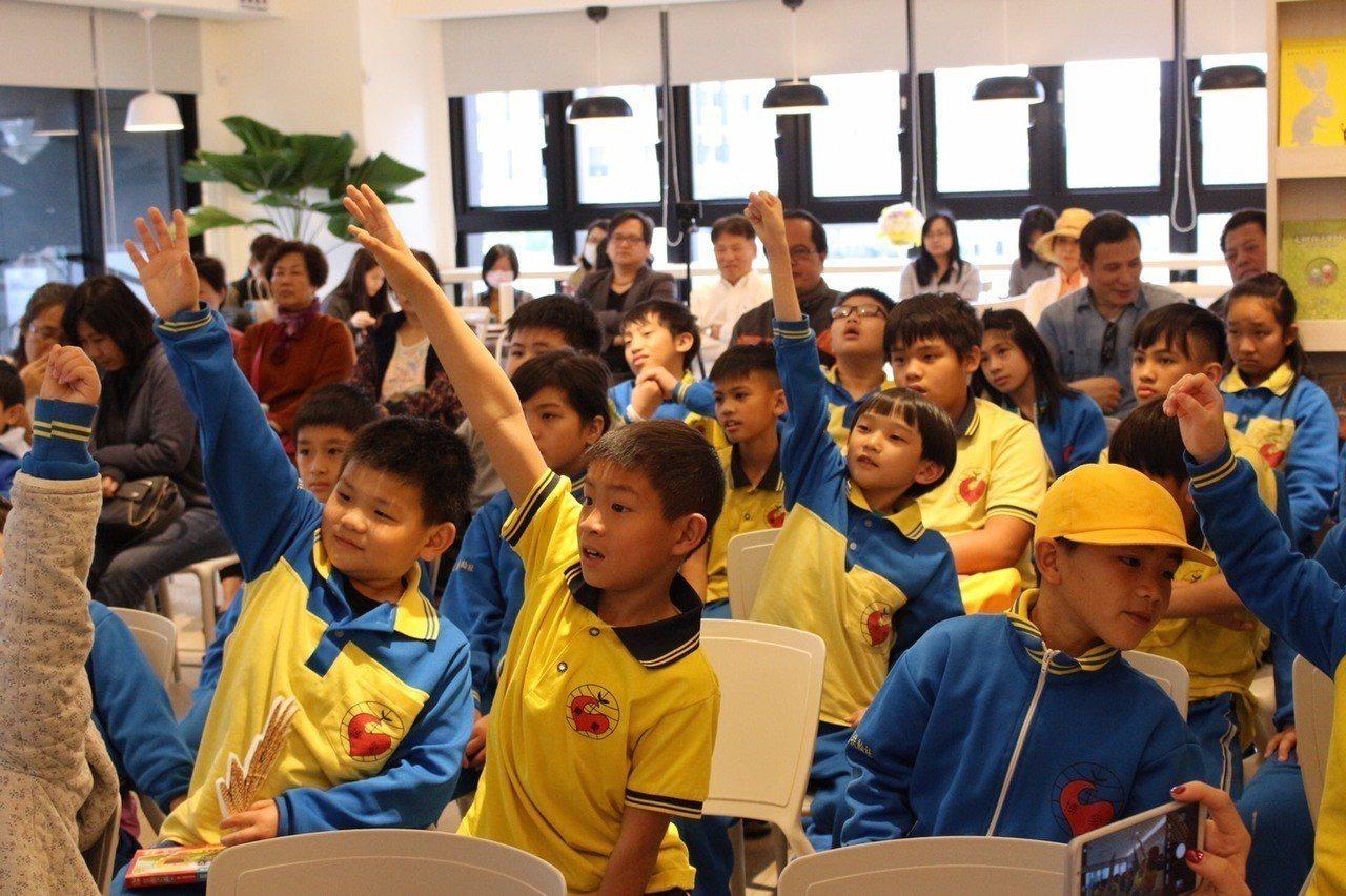 博愛國小學童到益品書屋參訪,大家在聽故事時都踴躍舉手搶答。記者宋健生/攝影