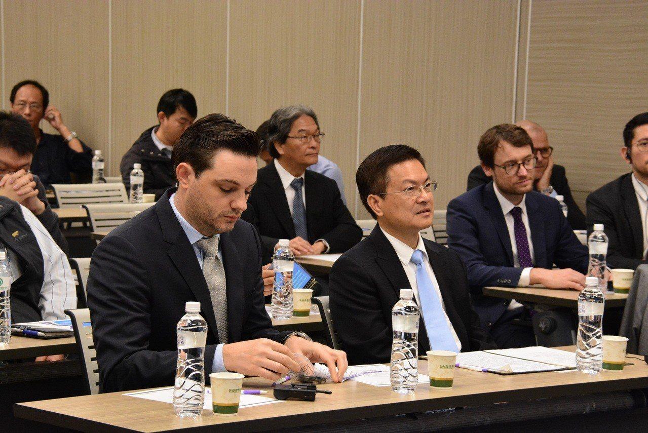 彰化縣長魏明谷(前排右)表示,離岸風力的招商引資可說已經聚焦在彰化,總投資金額已...