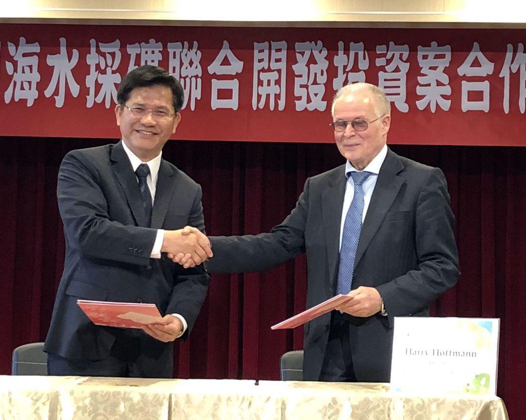 台中市長林佳龍(左)與德國哈利霍夫曼諮詢公司總裁哈利霍夫曼(右)簽署「海水採礦聯...