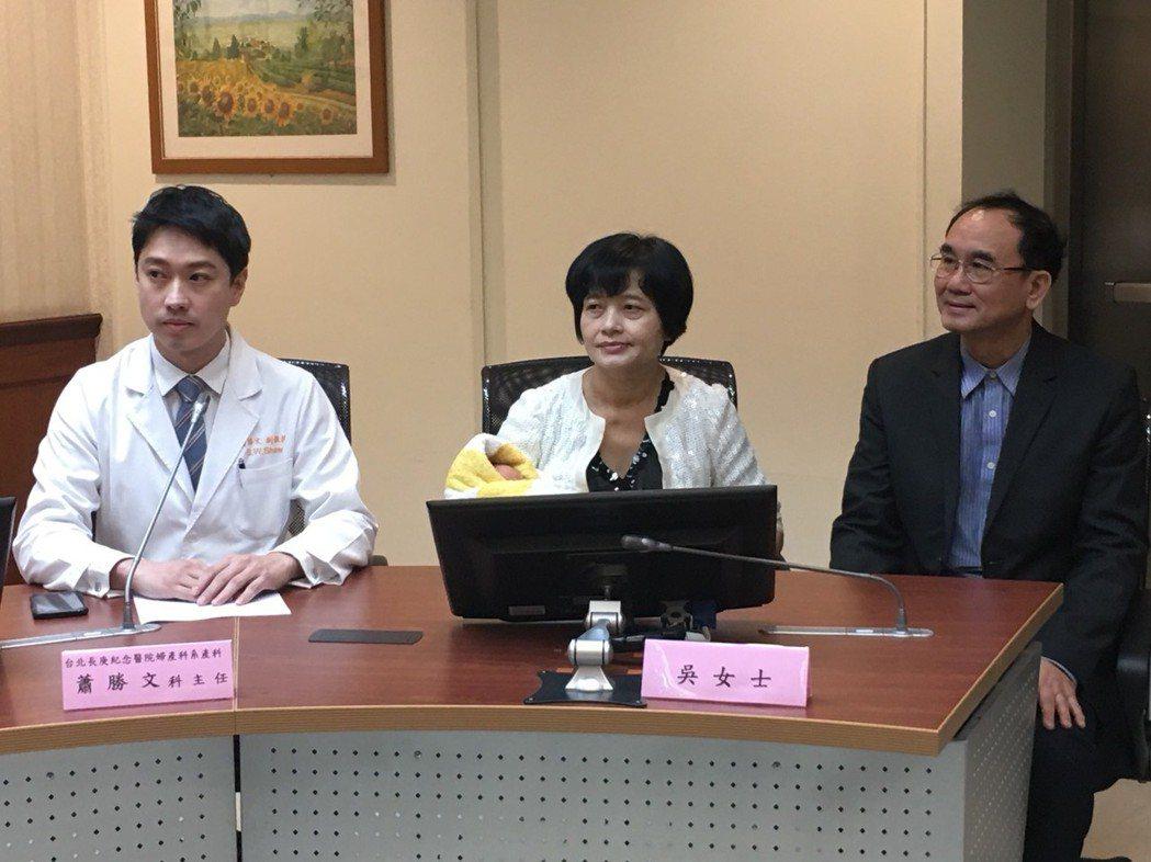 圖中即為為62歲產子的吳女士。記者鄧桂芬/攝影