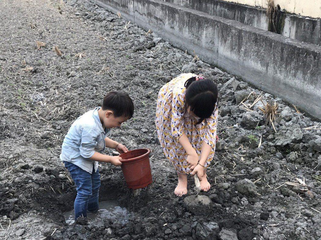 醫師王士忠提醒家長,親近大自然固然美好,建議避免赤腳接觸泥土,以免遭受寄生蟲入侵...