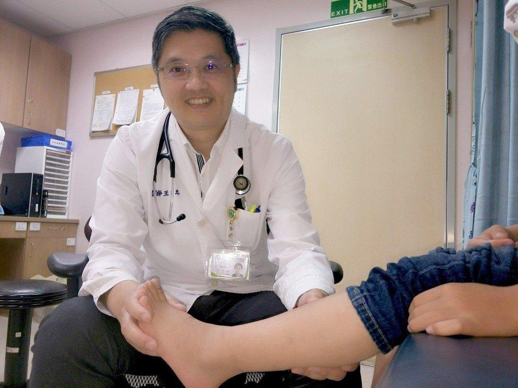 醫師王士忠說,幼童如罹患寄生蟲疾病,可能會有不明原因肚痛、臉色不好、手腳瘀青等症...