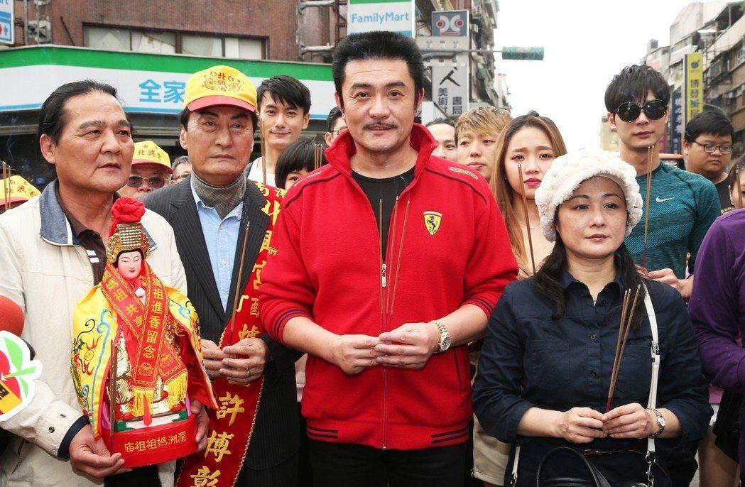 李㼈(前排右二)。記者徐兆玄/攝影