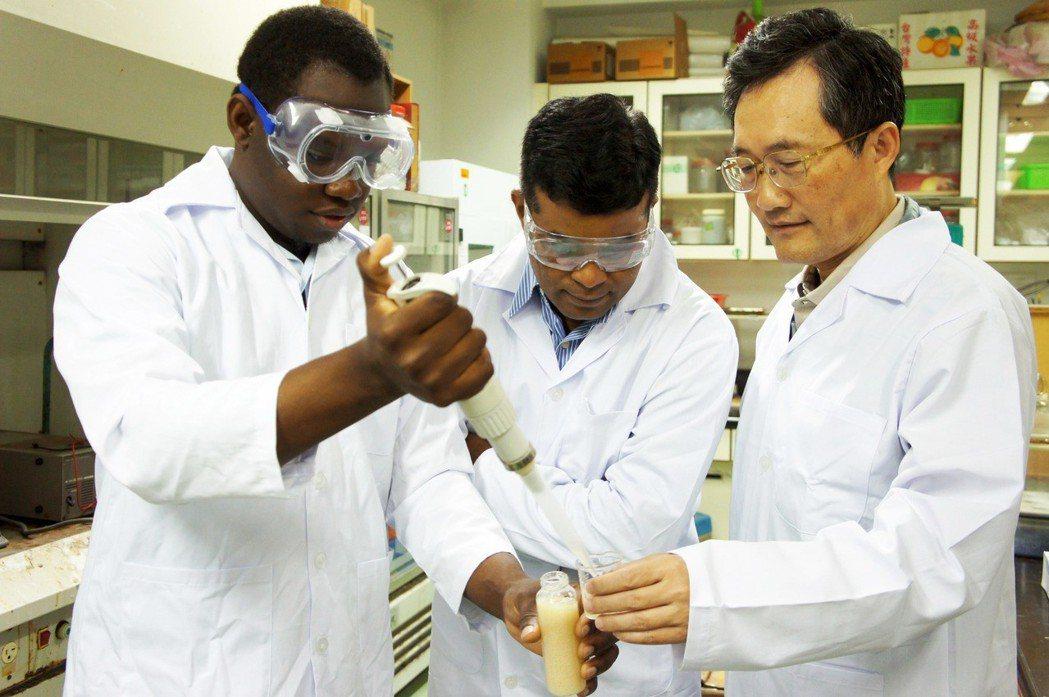 巴貝多籍學生伊榮(左1)在大葉大學環工系攻讀碩、博士學位時,跟著李清華教授學習。...