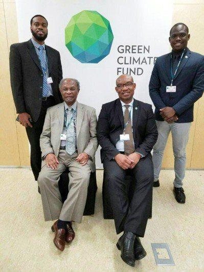 大葉大學環工系博士伊榮(後排右)返回巴貝多後,被交付主持的「巴貝多水資源發展永續...