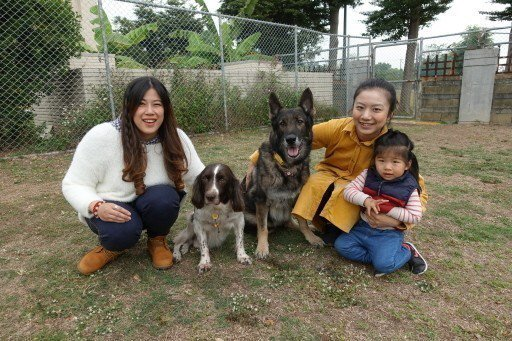 林佳君(右二)、黃吟筑(左一)兩人因認養搜救犬變成好友,因為都住在台南,有時相約...