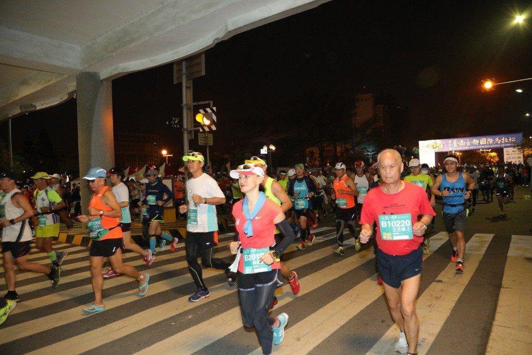 台南古都國際馬拉松賽日前在台南市府前起跑。 圖/台南市府提供