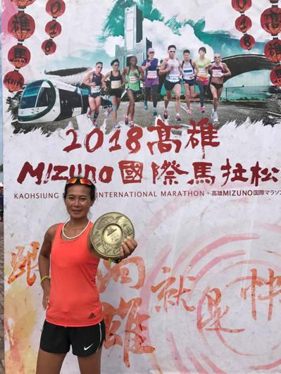 高雄國際馬拉松也是國內大型國際賽事,獎金高,除了吸引國內外菁英選手參賽,許多素人...