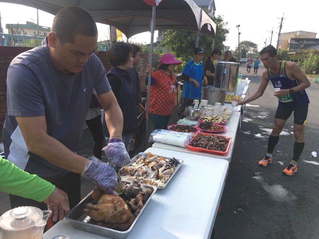 雲林虎尾路跑沿途有桶仔烤雞和各種美食,讓選手補充體力。 圖/廖姓讀者提供