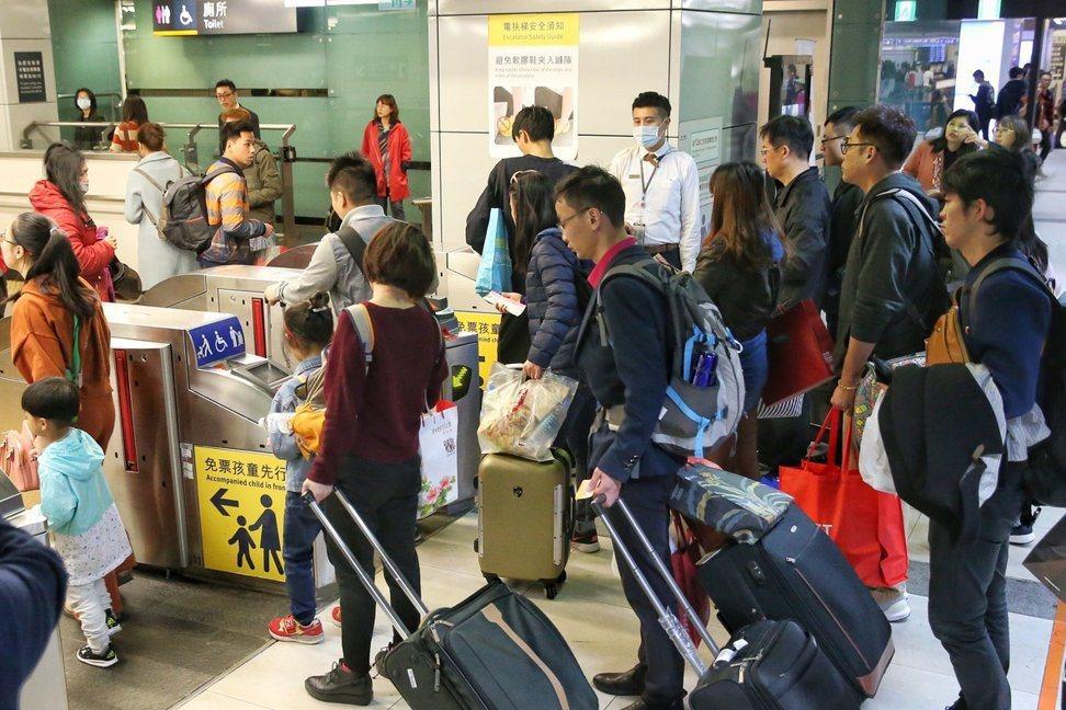 按習俗,女子初二才能回娘家。今年春節初二,高鐵站湧入大包小包的民眾。照片為示意圖...