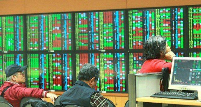 三大法人23日同步賣超台股,合計賣超新台幣105.93億元。 報系資料照