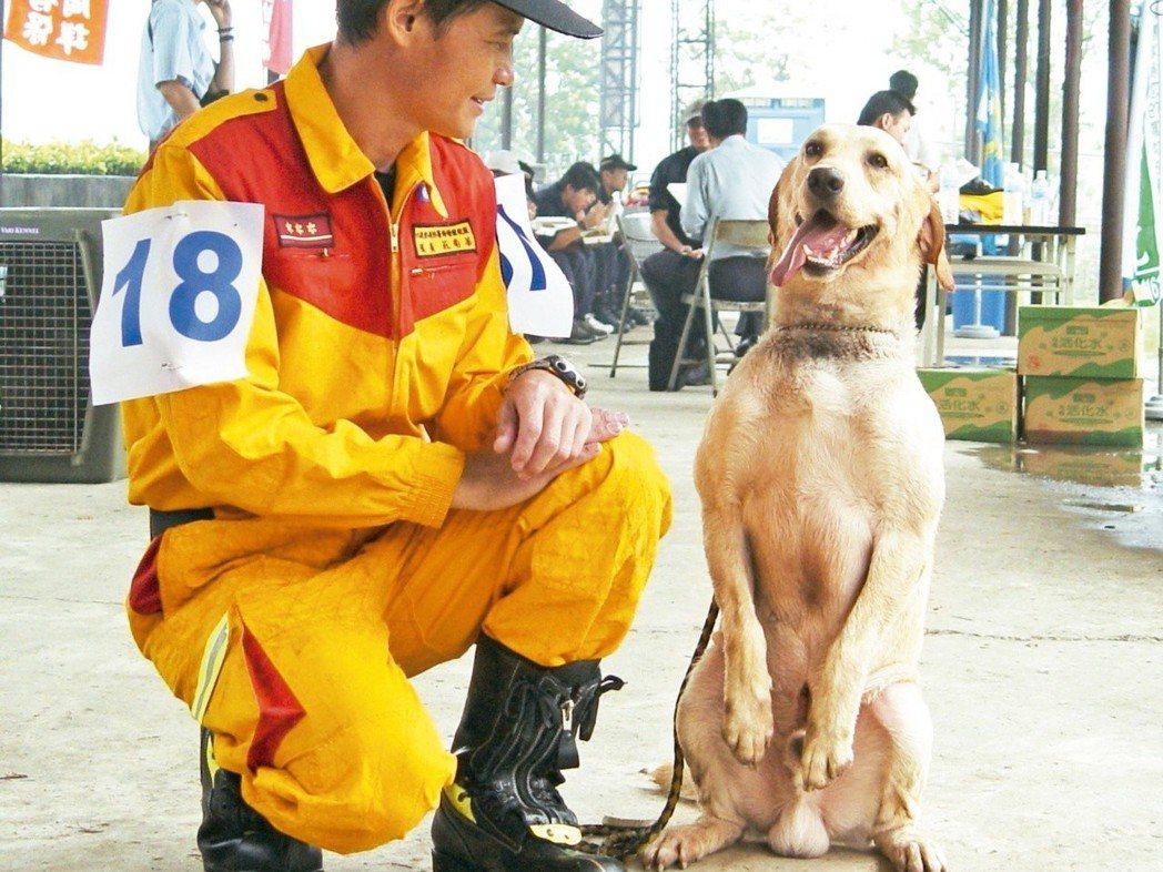 消防署空勤三隊偵搜隊員莊南華,與獲評量高級搜救犬「小虎」是最佳拍檔。 圖/聯合報...