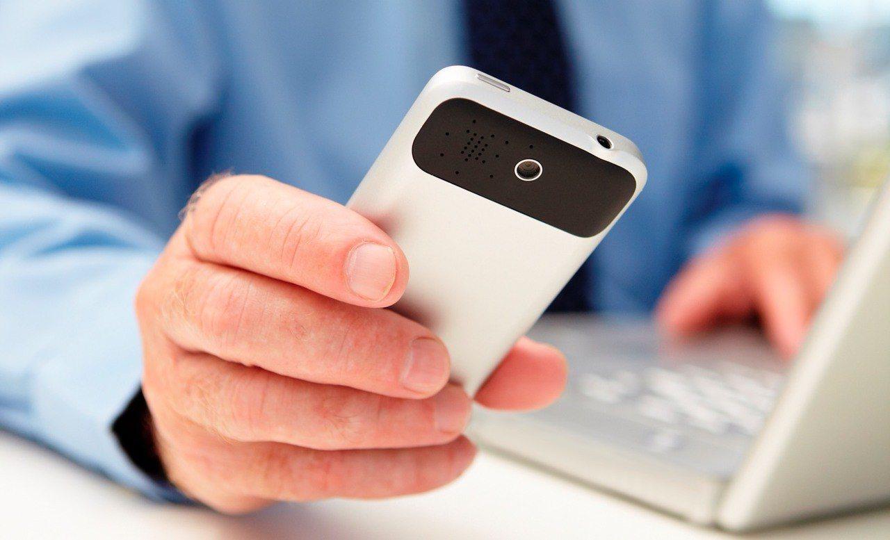 接手機示意圖(圖非當事人)。圖片來源/Ingimage