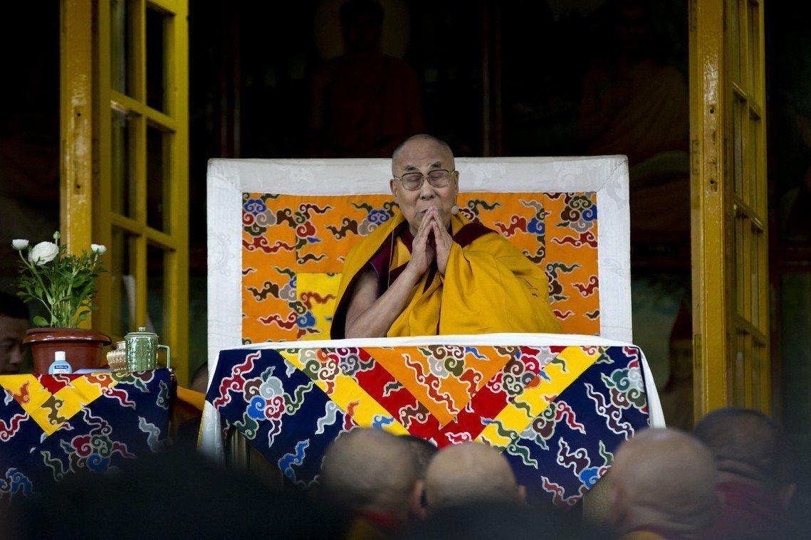 藏人精神領袖達賴喇嘛,2日於達蘭薩拉的楚拉康寺。 圖/美聯社