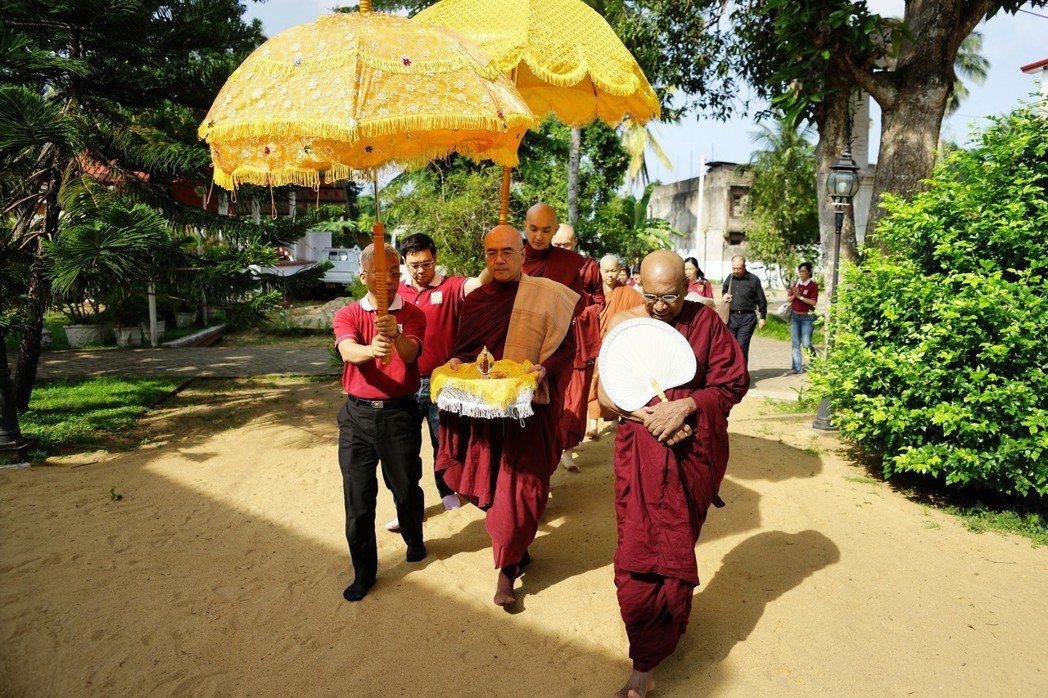 2017年隨佛禪師帶領原始佛教會僧俗二眾親至錫蘭迎奉佛陀真身舍利。 中華原始佛教...