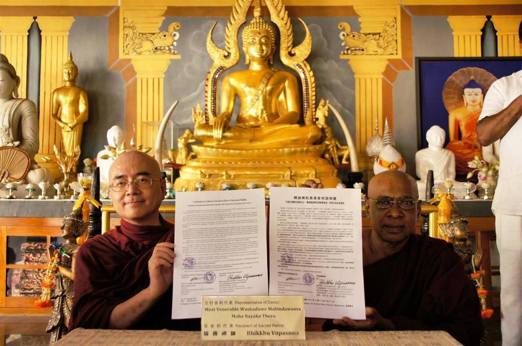 隨佛禪師暨錫蘭摩哂陀大長老共同簽署佛陀真身舍利轉奉證書。 中華原始佛教會提供