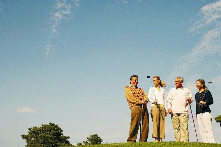 開始接觸高爾夫球以後,因加入不同球隊而認識許多不同領域的朋友;大家在球場上切磋球...