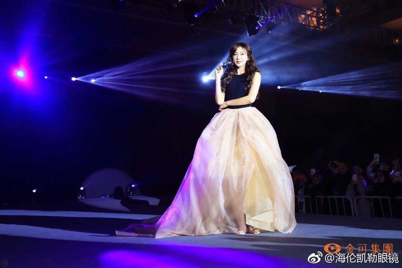 6日林志玲現身上海出席活動,臉卻比先前圓潤的許多,手臂也比先前多了些肉,下半身還...
